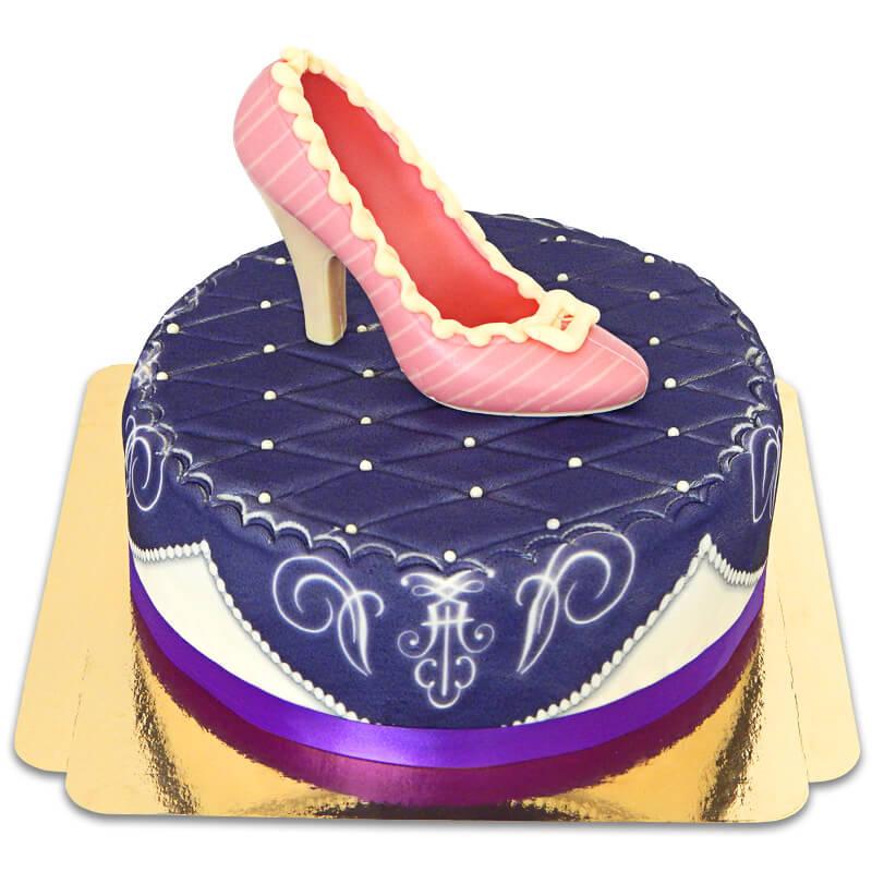 Lila Deluxe Torte mit Schokoladen Schuh und Band