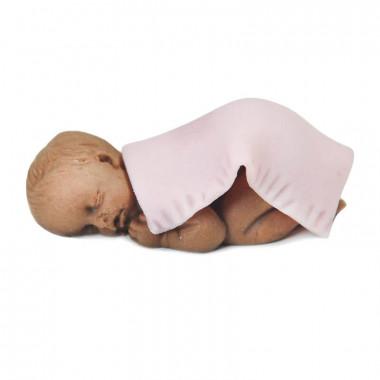 Dunkelhäutiges Baby mit Decke aus Marzipan, rosa