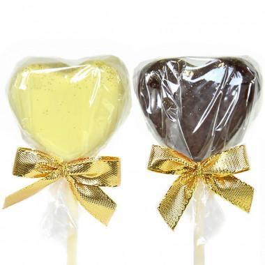 Herzförmige Cake-Pops mit heller und dunkler Schokolade
