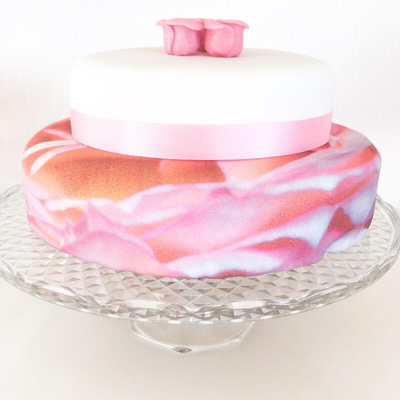 Rosenknopptårta med vit tårta med silkesband. Bild från @Tiingelinn