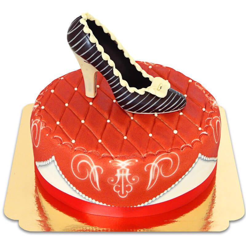 Czerwony tort deluxe z czekoladowym pantofelkiem i wstążką
